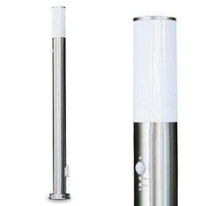 Stehlampe Caserta mit Steckdose – Schmale Edelstahl Wegeleuchte mit Bewegungsmelder – Außen Sockelleuchte für LED geeignet