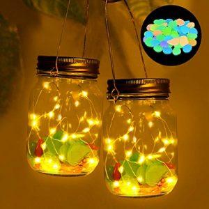 Solar Mason Jar Licht, SanGlory 2 Pack 20Leds lichterketten Solarlampen Außen Garten Hängeleuchten,Solar Laterne Jar Fee Licht,Wasserdicht Solarglas Einmachglas mit 100 Stück Leuchtende Steine Bunt